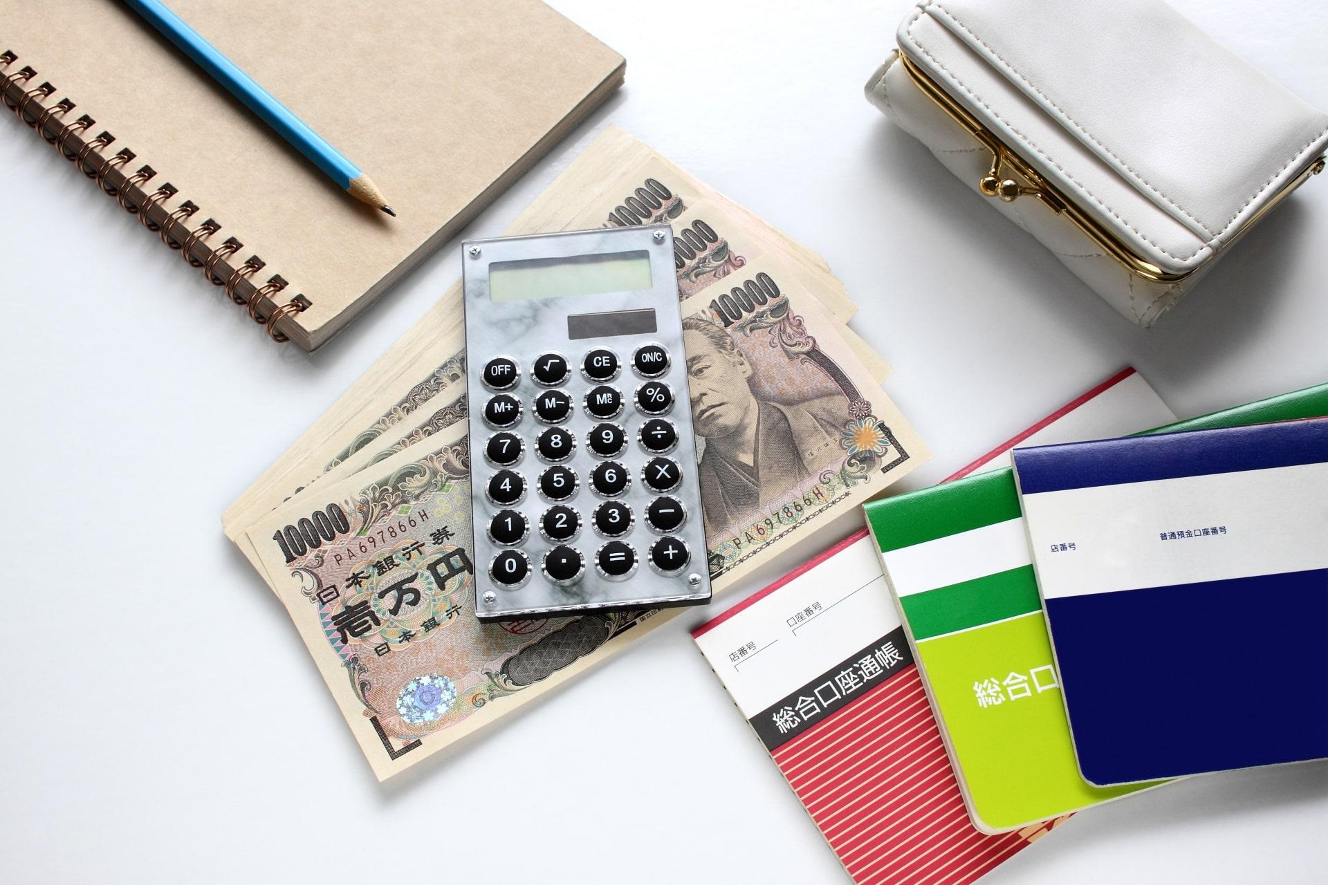 個人事業主と法人は資金調達の難易度が異なります。事業を拡大するために法人化を考えているなら、それぞれの資金調達における特徴やリスクについて、理解を深めておきましょう。資金調達における個人事業主と法人の違いや、おすすめの方法を紹介します。 資金調達の手段は3種類 事業資金の調達方法は、『アセットファイナンス』『デットファイナンス』『エクイティファイナンス』の3種類に大別できます。それぞれの意味や具体的な手段を解説します。 アセットファイナンス 保有する資産を売却して資金を調達する方法が、アセットファイナンスです。有形・無形を問わず、さまざまな資産が売却の対象となります。 最もスタンダードな方法が、既に保有している資産を売却する方法です。不動産・機械設備・自動車といった有形資産や、有価証券・商標権・特許権などの無形資産も売却できます。 売掛金が支払われる前に売掛債権を売却する『ファクタリング』も、すぐに資金を調達する手段として有効です。一般的には、ファクタリング専門業者を介して行います。 売却する資産に信用力さえ備わっていれば、低コストで資金調達できる点がメリットです。不要な資産を整理できるため、財務体質の改善も期待できます。 デットファイナンス デットファイナンスとは、負債を抱えることで資金調達する手法を指します。一般的なデットファイナンスは、公的機関や民間金融機関からお金を借りる『融資』です。 銀行から融資を受けられない企業の場合は、ビジネスローンを利用できる可能性があります。所有する法人カードにキャッシング機能が付いていれば、キャッシングでも資金の調達が可能です。 調達先が豊富であることや、返済利息に節税効果があることなどのメリットがあります。ただし、将来的なキャッシュフローが減少したり、資金力のなさから信用を落としたりする点には注意が必要です。 エクイティファイナンス 企業が新株を発行し、出資を受けて資本を増やす方法がエクイティファイナンスです。代表的な手法としては、特定の第三者に新株を発行して増資する『第三者割当増資』があります。 ベンチャー企業に出資して将来的な回収を狙う『ベンチャーキャピタル』や、『株式投資型クラウドファンディング』などを利用して資金を調達するのも、高い効果を期待できる手法です。 エクイティファイナンスで調達した資金には、基本的に返済義務が発生しません。増資により財務基盤が安定するのもメリットです。 一方、株主が増えることで、企業の経営に関与される可能性は高くなるでしょう。株主に対し、利益に応じた配当金を支払う義務も発生します。 法人と個人事業主で資金調達の違いはある? 個人事業主に比べ、法人は資金調達しやすい傾向があります。法人の方が有利である理由と、個人事業主が抱えるリスクについて理解しましょう。 法人の方が資金を集めやすい傾向 資金調達方法には数多くの種類があります。ただし、審査を必要とする調達方法の場合、その大半は調達先を法人格に限定しているのが実情です。 公的融資や銀行融資の場合、明確に個人事業主を利用不可とはしていないものの、法人に比べ審査基準は厳しいといわれています。 ビジネスローンやファクタリングの中には、個人事業主では申し込みすらできないものも少なくありません。法人が利用できる資金調達方法のうち、個人事業主はその1/3程度しか利用できないことを覚えておきましょう。 法人はエクイティファイナンスが可能 新株を発行して資本を増やすエクイティファイナンスは、基本的に法人のみ行える資金調達の手段です。個人事業主は株式を発行できないため、エクイティファイナンスによる資金調達はできません。 経営権を握られるリスクはあるものの、将来的な返済義務を負わないエクイティファイナンスを行えることは、法人の大きなメリットといえるでしょう。 3種類に大別される資金調達方法のうち、個人事業主はアセットファイナンスとデットファイナンスのどちらかしか行えないことになります。売却できる資産がなければ、負債を抱えて資金を作るしか方法がありません。 個人事業主は万一の際のリスクが大きい 資金調達により返済義務が生じ、事業がうまく回らずお金を返せなくなった場合、法人なら全てのリスクを原則、法人が負います。個人の財産で弁済する必要がありません。 一方、個人事業主が返済不能に陥ったケースでは、事業主本人に弁済義務が生じます。万が一の際に、全てのリスクを自分で負わなければなりません。 借りたお金を返せなくなったときに、法人なら個人の財産を守れることを押さえておきましょう。ただし、社長が会社の保証人になっている場合は、社長の個人財産で弁済する必要があります。 法人の資金調達が有利な理由 個人事業主より法人の方が資金を集めやすい理由
